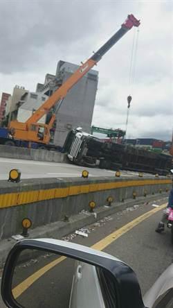 貨櫃車轉彎側翻 駕駛輕傷