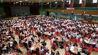 員林家商考場考生休息室 像辦喜宴席開70桌