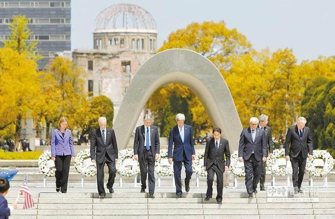G7外長們4月造訪日本廣島和平紀念公園並獻花,凱瑞(中)成為首位造訪此地的美國國務卿。(美聯社)