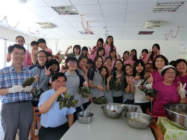 復興國中與南韓仁川女子中學是姊妹校,學生來體驗包粽。(曹婷婷攝)