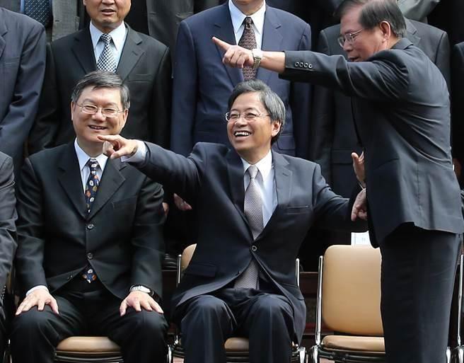 行政院長張善政12日率內閣閣員提出總辭。拍紀念照時,張善政(中)指了一旁的同仁,請他喊口號帶領大家比手勢。(陳信翰攝)