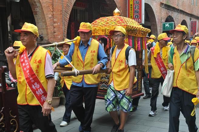 旅台鄉親簇擁著來自高雄的城隍爺,參加遶境祈福活動。(李金生攝)