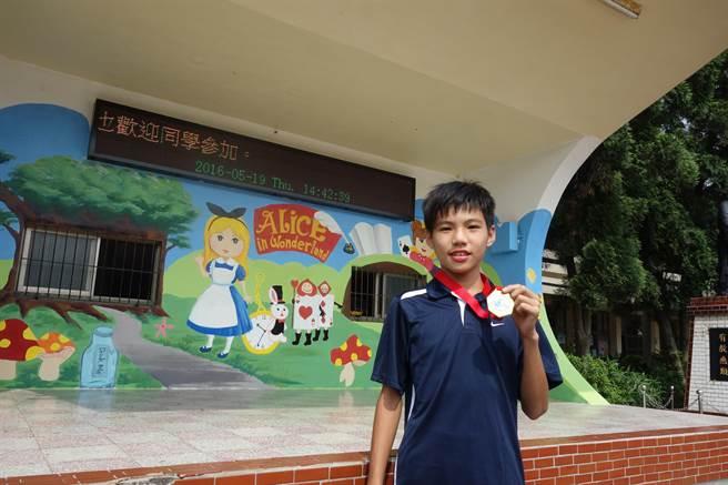 東海國小學生楊愷承參加全國小學田徑錦標賽,在競走項目奪冠,全校以他為傲。(莊旻靜攝)
