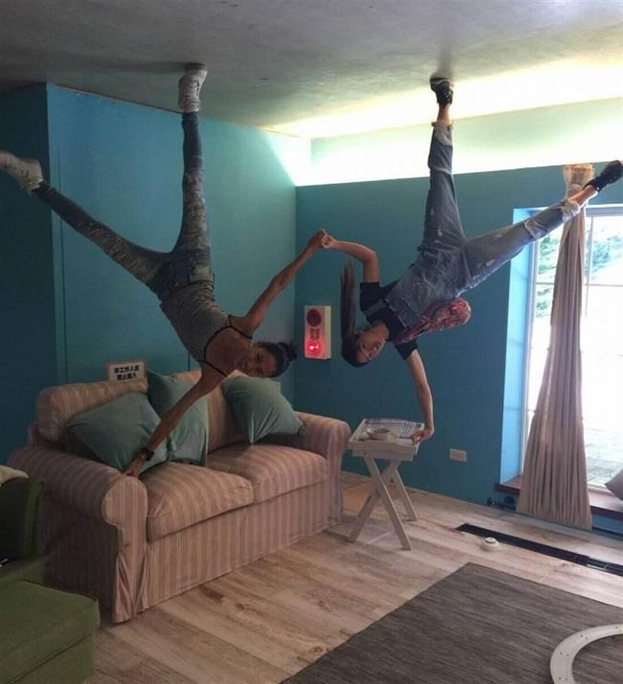 王麗雅與友人用手撐著沙發pose超俏皮。(時藝多媒體提供)
