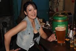 謙卑變千杯,台南酒吧正妹店長慶520小英就職,推出整壺啤酒200元優惠
