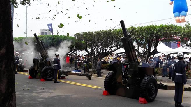 歡迎蔡英文就職總統的21響禮炮響起,火焰冒出,炮臺上方的樹葉不斷飄落,觀禮群眾驚呼連連。(朱真楷攝)