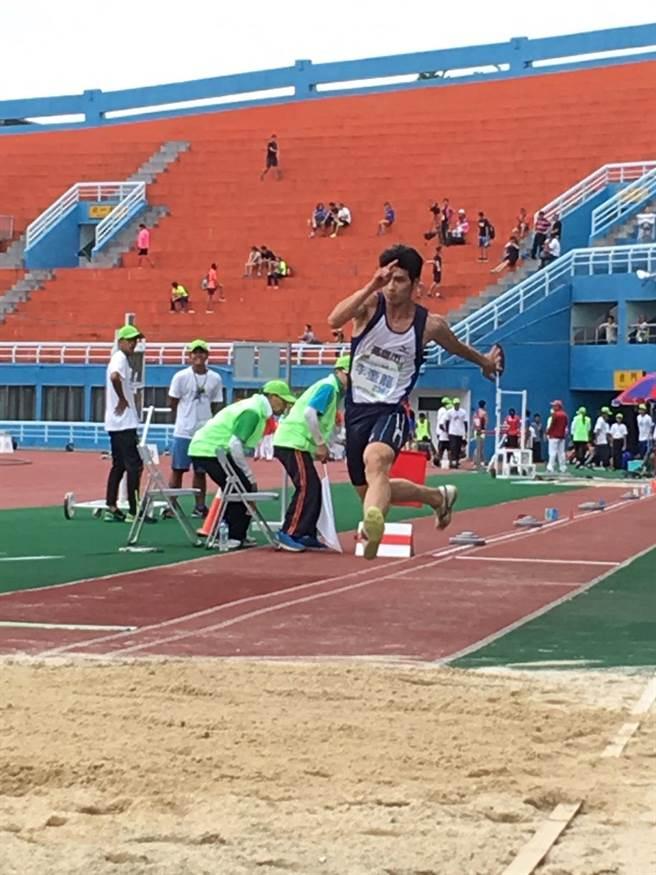 男子三級跳遠李奎龍20日在台灣國際田徑公開賽以1公分之差驚險奪金。(許唐漢教練提供)