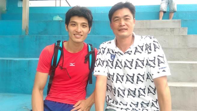 以1公分之差驚險摘下台灣國際田徑公開賽男子三級跳遠金牌的李奎龍(左)賽後與指導教練許唐漢(右)開心合照。(黃邱倫)