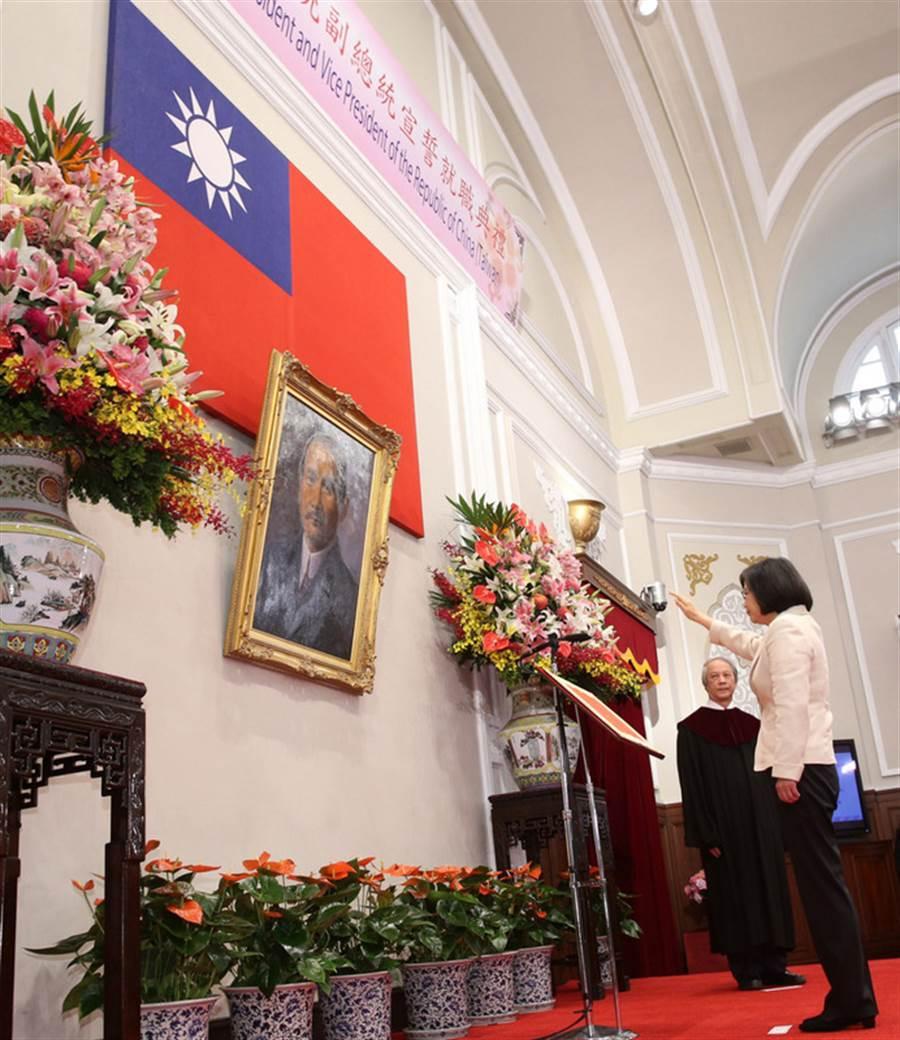 蔡英文(前右)2016年宣誓就職總統。(台北市攝影記者聯誼會提供)中央社  105年5月20日