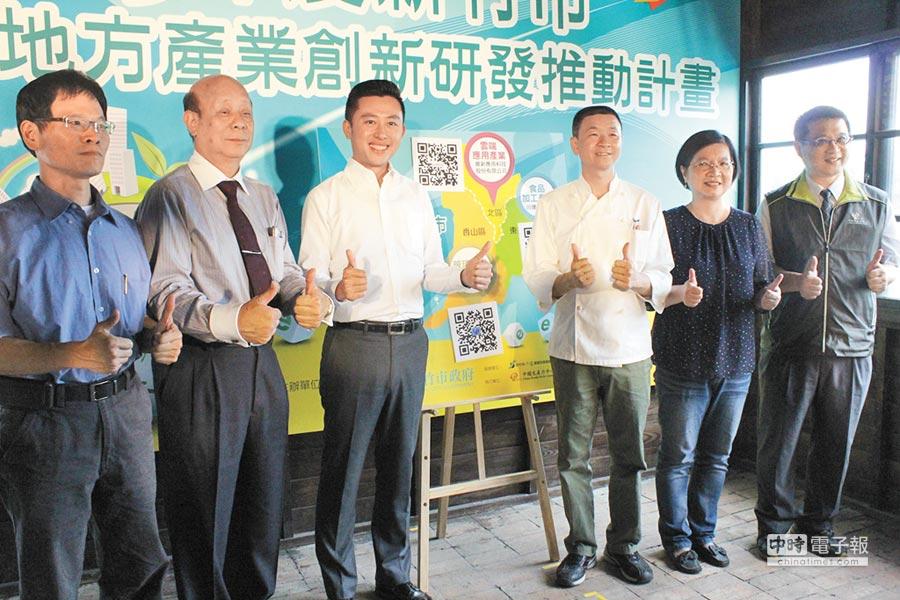 新竹市SBIR計畫19日舉行啟動儀式,市長林智堅(左三)與去年獲SBIR計畫優良業者,盼大家踴躍申請;右圖為林智堅(左)手作麵包。(郭芝函攝)