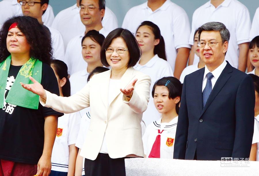 蔡英文總統昨就職,在典禮上,她一展親和力,展開雙臂邀大家一同歌唱。圖/陳信翰