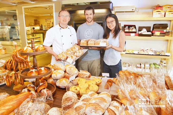 德國學生Stefan Simon(中)與「歐嬤德式美食」合作,打烊前提供當日未售完的麵包給「惜食者」,左為烘焙總監楊Peter Neyenhuys,右為惜食者白雅晴。(施岳呈攝)