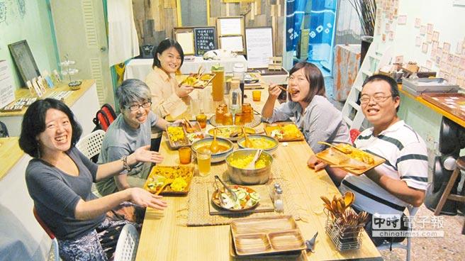 位在台中的「七喜廚房」推出「共食剩食」,中午賣不完的餐點,晚間5點半起到8點開放給想吃的人前往享用,圖左下角為創辦人楊七喜。(潘杏惠攝)