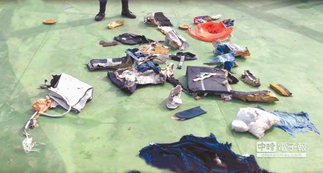埃及軍方發言人的臉書網頁上,21日po出埃及航空墜海客機的乘客物品及部分殘骸。(美聯社)