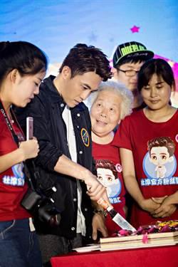 杜淳公益慶生會   80歲老奶奶深情凝望