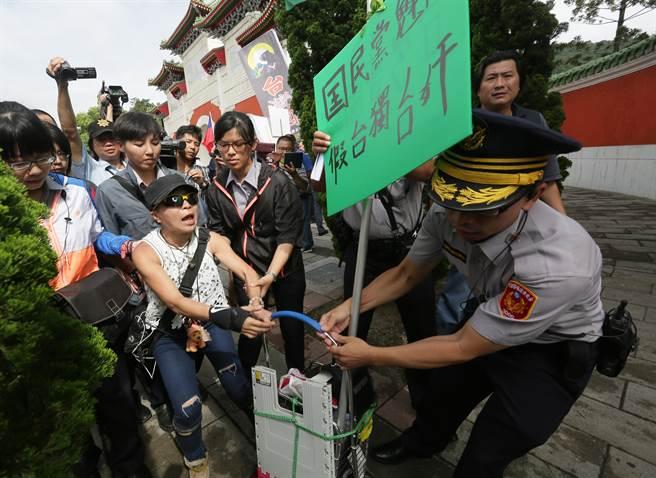 警方在勸離一名抗議民眾時,發生推擠衝突。(楊兆元攝)