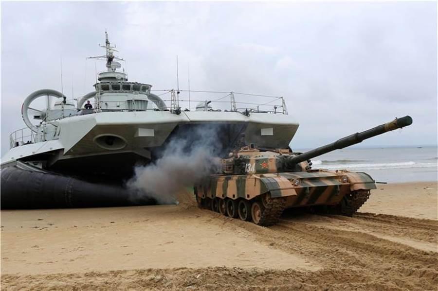 野牛式氣墊艇可以直接裝載3輛戰車,這是其他氣墊艇所辦不到的。(圖/新華網)