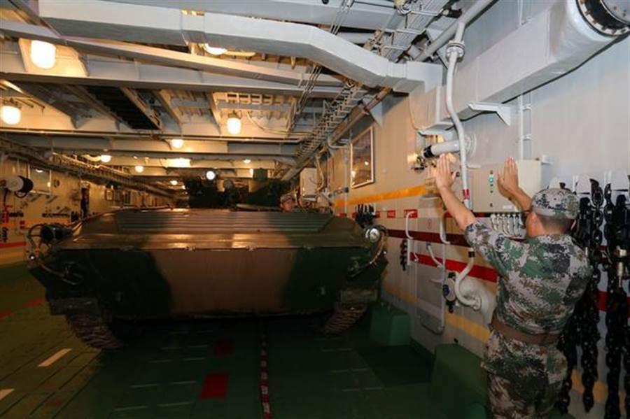 野牛氣墊艇的內部非常寬敞,如同登陸艦。(圖/新華網)