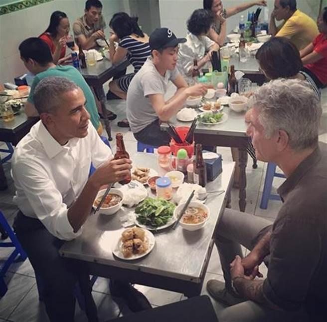 照片中可看出美國總統歐巴馬(左)和名廚波登在河內的這一頓晚餐,吃得相當自在且盡興。(圖取自波登臉書)