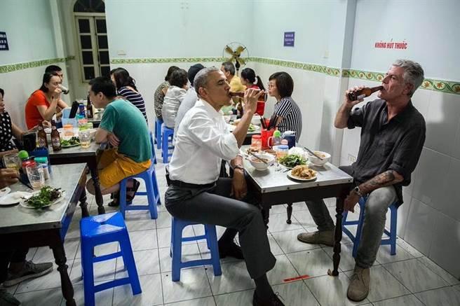 歐巴馬總統(左)在越南與名廚波登(右)兩人的平民聚餐時光。(圖取自波登臉書)