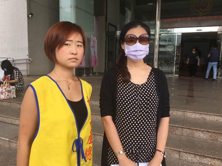 劉女在工會人員陪同下,在桃園市政府門前舉辦記者會。(葉臻攝)
