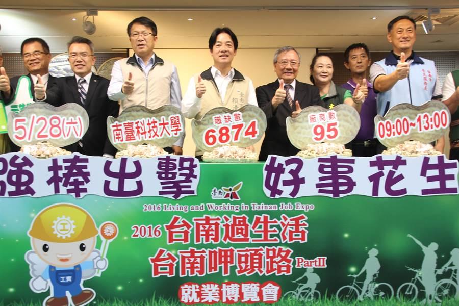 賴清德(中)認為台南許多企業願意提供高薪職缺給市民,相當難得。(程炳璋攝)