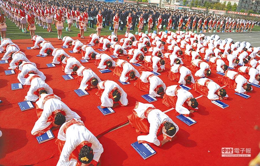 身穿漢服的準空姐們舉行國學班成立儀式。(中新社資料照片)