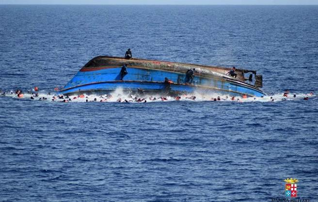 2016年5月25日,利比亞外海一艘難民船因載重過度翻覆。(圖/美聯社/義大利海軍)
