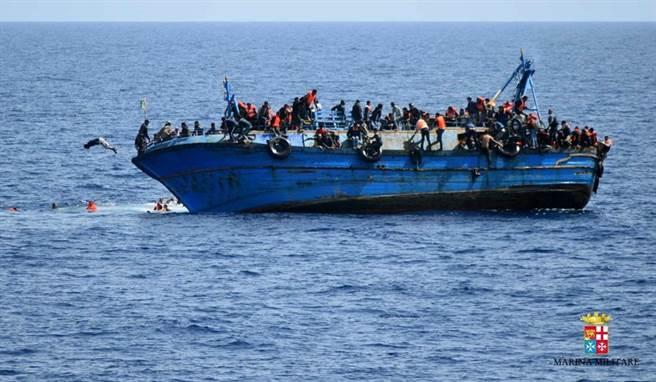 2016年5月25日,利比亞外海多名難民在船隻翻覆前跳海求生。(圖/美聯社/義大利海軍)