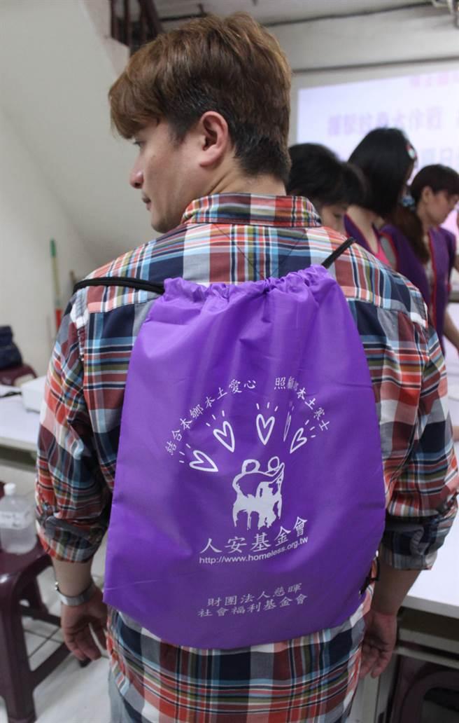 適逢端午節前夕,人安新北平安站正在募集600份「夏日健康包」,準備送給當地街友,讓他們安心過節。(譚宇哲攝)