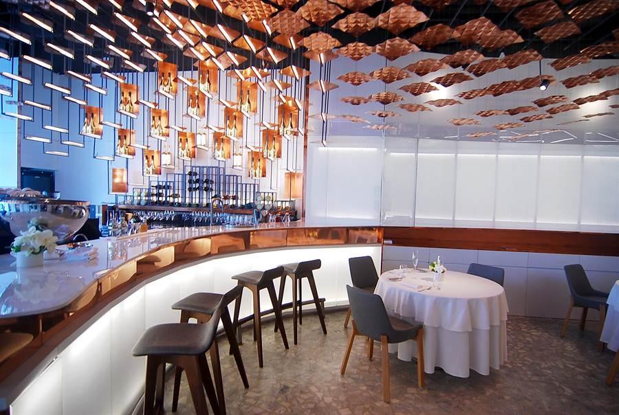 大直〈Tairroir〉的裝潢設計時尚現代,以手工打造的紅銅金屬片形成餐廳的主視覺。(圖/姚舜攝)