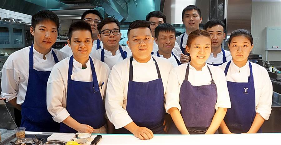 在大直〈Tairroir〉餐廳,Kai何順凱(中)帶著13人組成的廚藝團隊,照著自己的理想揮灑創意,演繹「新台灣美食料理」。(圖/姚舜攝)