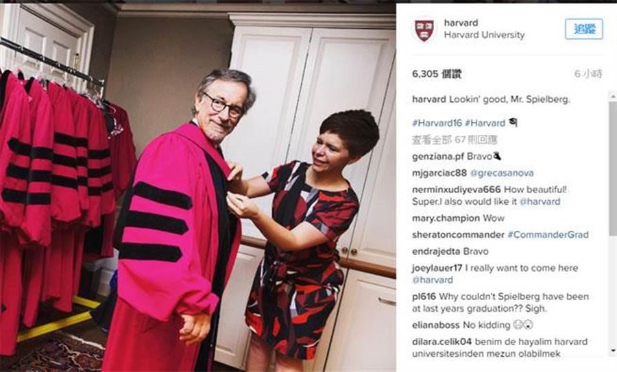 知名導演史蒂芬‧史匹柏應邀到哈佛大學畢業典禮擔任演講嘉賓。哈佛大學26日在官方的Instagram放了一張史匹柏正在穿該校博士服,準備上台的照片。(圖取自哈佛大學Instagram)
