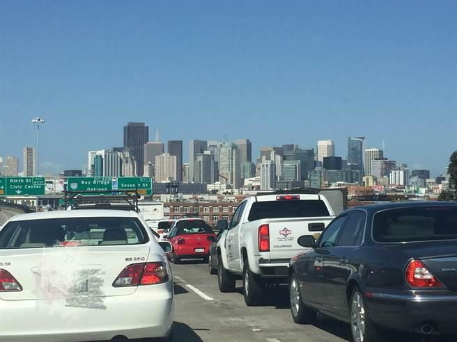 這次安全氣囊充氣器引發的召回事件,是全美最大型汽車召回行動。圖為舊金山市公路上的汽車示意圖,並非召回車輛。(陳子巖攝)