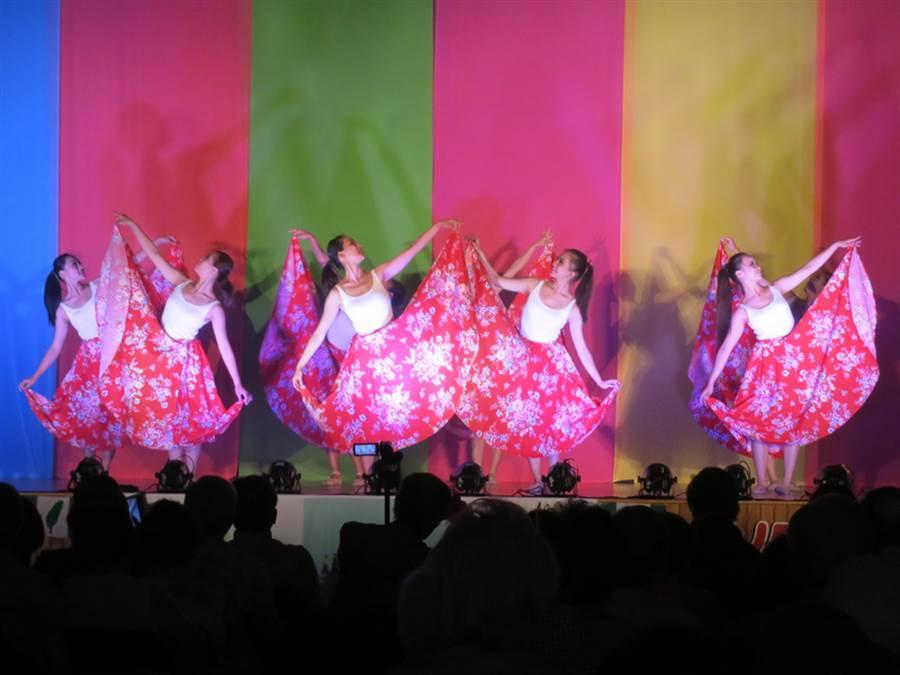 多倫多台灣同鄉會當地時間28日在台北文化中心舉辦年度台灣傳統日活動,來自台灣的「極至體能舞蹈團」助陣,獲得好評。(多倫多台北文化中心提供)中央社記者張若霆多倫多傳真  105年5月30日