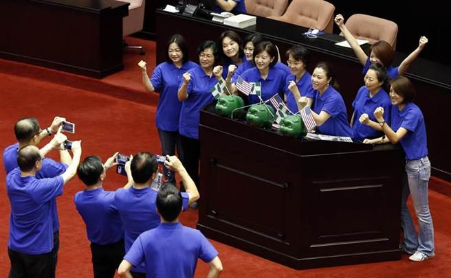 行政院長林全31日首次到立法院施政報告並備詢,國民黨立委在院會開始前即進入議場占領發言台,並在桌上擺放綠色小豬。(姚志平攝)