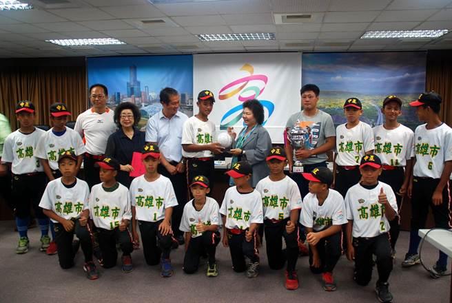 中正國小棒球隊榮獲中華少棒代表隊,高雄市長陳菊接見表揚。(吳江泉攝)
