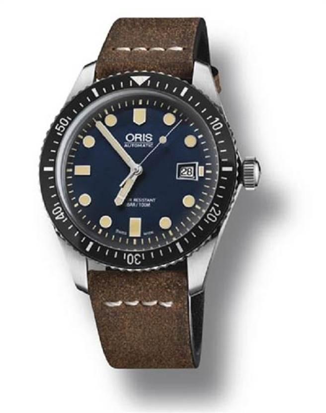 Oris Divers Sixty-Five復刻潛水腕錶—深藍(42 mm),建議售價59,000元。 Oris自動上鍊機芯Cal. 733,深藍色弧形表盤搭載Super-LumiNova夜光塗層的刻度和鎳指針,輕薄的錶殼和復古風格的弧形藍寶石水晶鏡面,超薄邊框與60分鐘計時刻度上圈。可搭配紡織NATO錶帶,復古的棕色皮錶帶,黑色橡膠錶帶和金屬鍊帶。圖片提供/ORIS