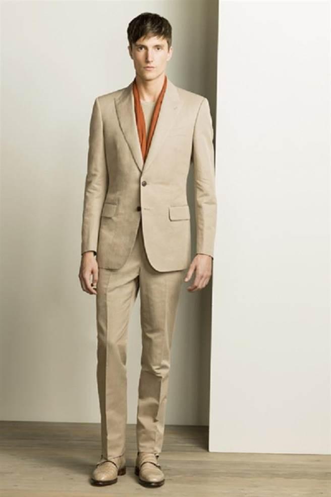 Gieves&Hawkes推出夏季的駝色西裝,搭配同色圓領T恤與薄絲巾,展現俐落朝氣。圖片提供/Gieves&Hawkes