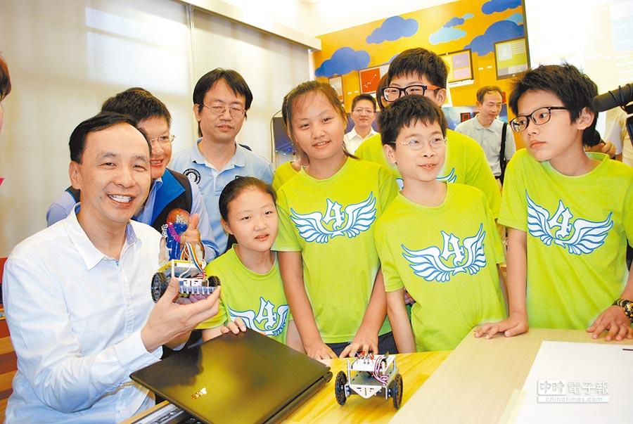 新北市長朱立倫與學童合力製作LED燈和撰寫機器人驅動程式。(廖智怡攝)