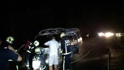 國道苗栗段火燒車 中巴燒得剩骨架