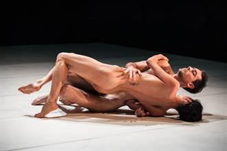 全裸雙人舞 舞出如連體嬰般的《孤單在一起》