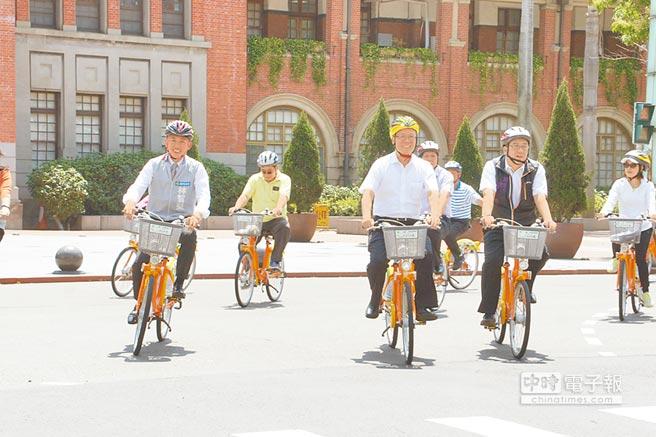新竹市長林智堅(左起)昨出席市議會市政考察,與議長謝文進、副議長許修睿,騎乘Youbike到城隍廟。(郭芝函攝)