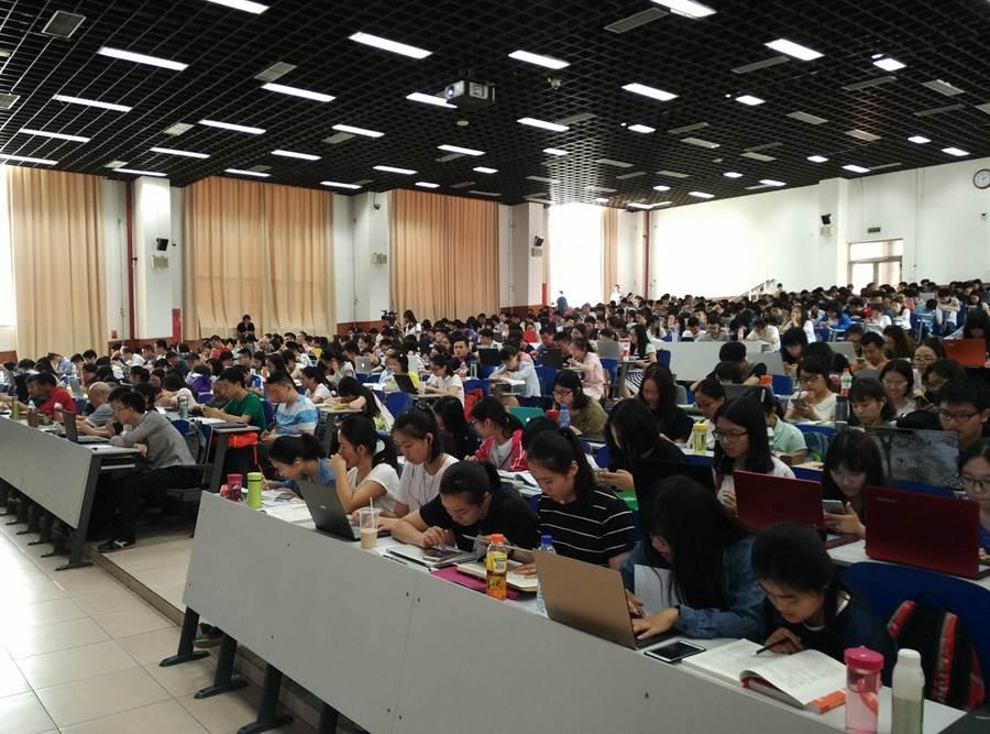 中国人民大学国关学院副院长金灿荣1日发表演讲,台下几乎座无虚席。(陈君硕摄)
