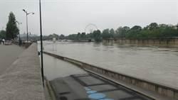 塞納河暴漲淹沒步道  巴黎居民看傻