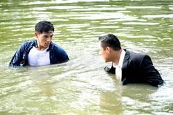 張立昂從陸上打到湖中 臉發白全身冒冷汗