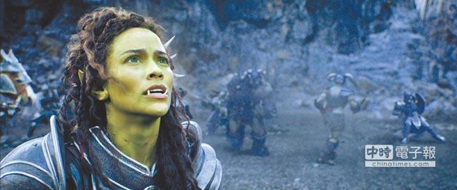 寶拉巴頓飾「迦羅娜」是人類與獸人的混血,夾在兩族間難以容身。