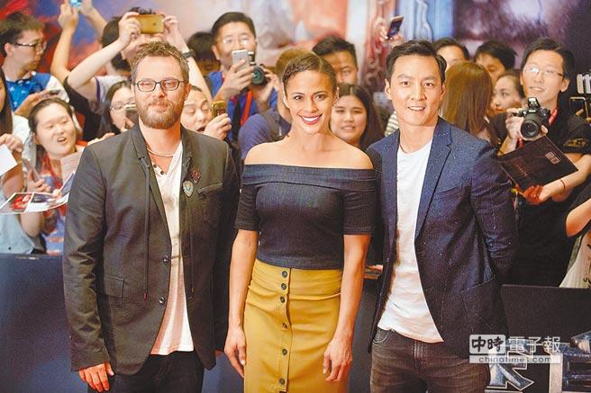 吳彥祖(右起)、寶拉巴頓、導演鄧肯瓊斯在北京粉絲的歡呼中獻上新作《魔獸:崛起》。(美聯社)