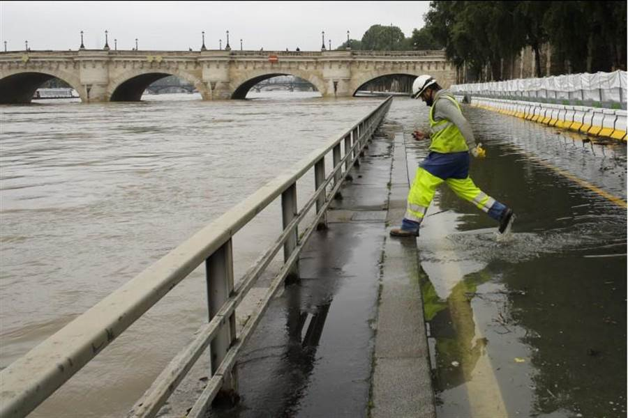法國近日不尋常的大雨導致各地傳出災情,塞納河水位顯著升高,滾滾泥水淹沒了好幾段市中心河岸步道。(美聯社)