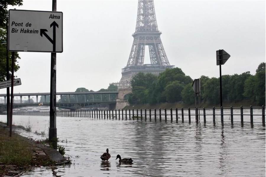 巴黎塞納河大約每百年會氾濫一次,法國近日不尋常的大雨導致各地傳出災情。(美聯社)